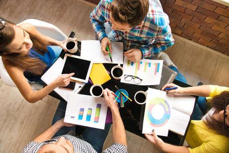 study: Konverzace mezi mladými pracovníky s diagramy
