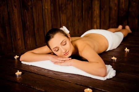 sauna nackt: M�dchen im Spa, auf dem Tisch in ein Handtuch eingewickelt liegen Lizenzfreie Bilder