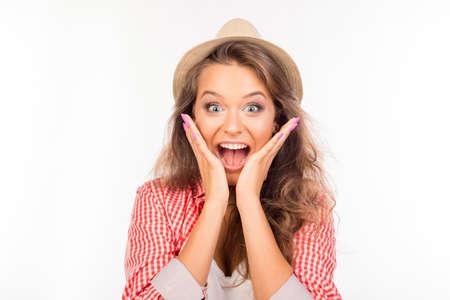 모자와 함께 행복 한 젊은 놀된 여자