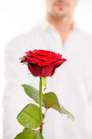 pelo rojo: Foto del primer de un hombre hermoso con una rosa roja