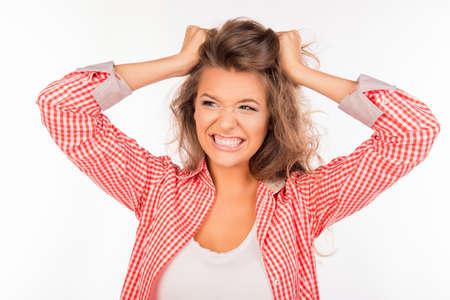 femme bouche ouverte: fille arrachant les cheveux sur la tête et dans une rage Banque d'images
