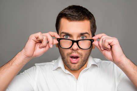 メガネに触れて驚いて男