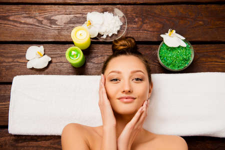 tratamientos corporales: Vista superior de una mujer muy joven que pone en el salón de spa Foto de archivo