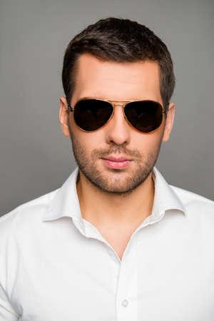 Close-up foto van de knappe man in bril Stockfoto
