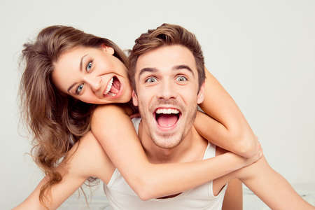 sexo pareja joven: linda chica feliz en el amor en el hogar novio abrazando Foto de archivo