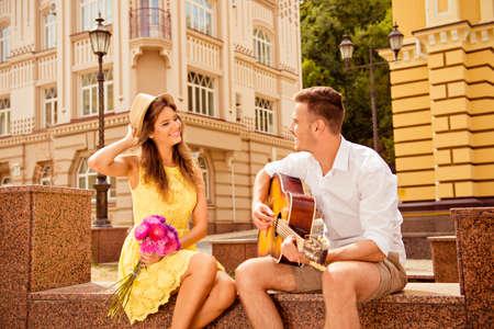 parejas romanticas: Pareja feliz en el amor de citas Foto de archivo