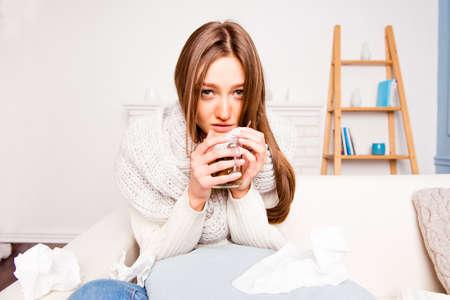 femme malade avec rheum tenant une tasse de thé