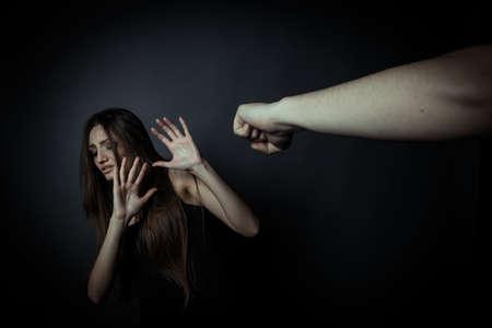 violencia: Chica tratando de escapar de la violencia dom�stica