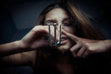 niña inhala cocaína, vista desde abajo Foto de archivo