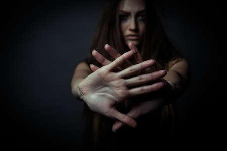 Junge unglückliche Frau, die Ablehnung der schlechten Gewohnheiten