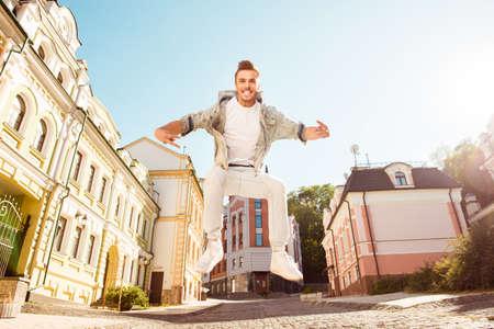 gente loca: hombre libre alegre que salta en la calle y gritando