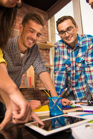 businessplan: Active team working together on the task