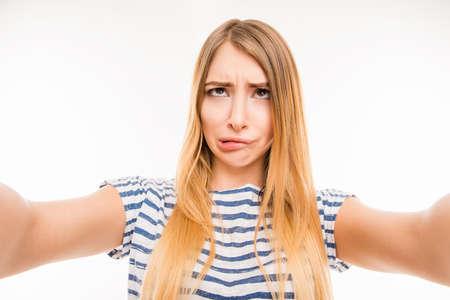 Selfie を作る市松模様の青いシャツの幸せな笑顔の女の子 写真素材
