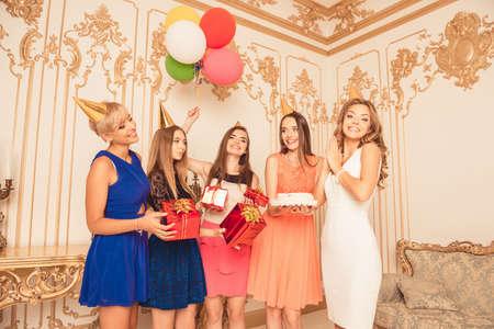 Company of schattige meisjes vieren verjaardag Stockfoto