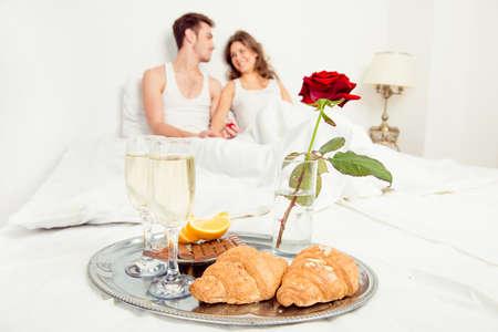 desayuno romantico: Pareja en el amor que romántico desayuno en la habitación