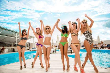 Elegant Gelukkig Sexy Meisjes In Zwempakken Ontspannen Bij Het Zwembad Van Het  Resort Stockfoto