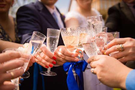 Aclamaciones! amigos que celebran una fiesta de boda y gafas clinckind Foto de archivo - 53027638