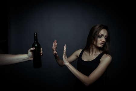 malos habitos: El problema social. Infeliz mujer joven, el rechazo de los malos h�bitos