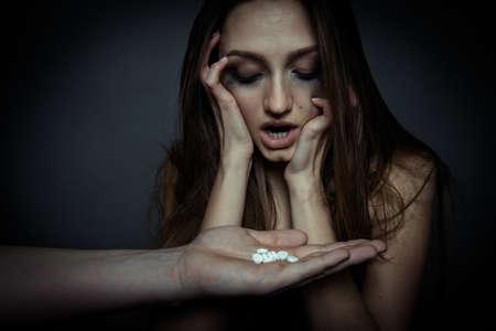 droga: ni�a contristados va a usar un medicamento, cerca de la foto