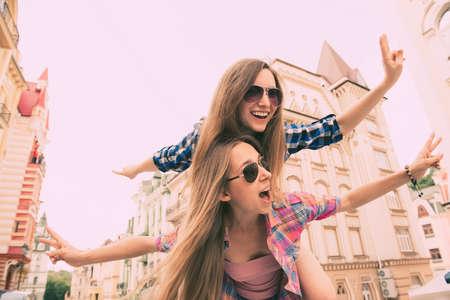 Gelukkig mooie meisjes dol op reizen en dollen Stockfoto - 52887980