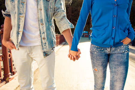 pareja enamorada: Pareja joven en el amor de la mano y el pie de calle