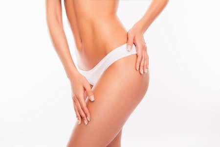 femmes nues sexy: Beau corps de femme mince isol� sur fond blanc