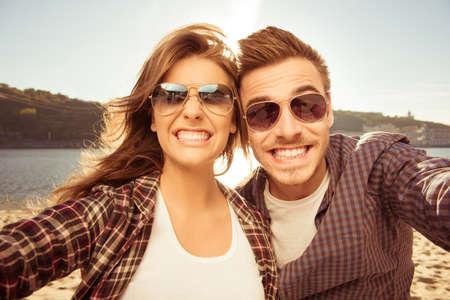 femmes souriantes: Deux amants faisant selfie dr�le Banque d'images