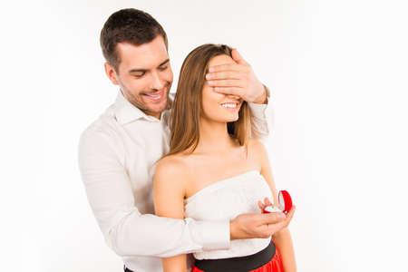 anillo de compromiso: Hombre sonriente que se va a hacer la propuesta a su novia Foto de archivo