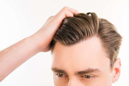 Close up Foto von gesunden Mann, der seine Haare mit den Fingern zu kämmen