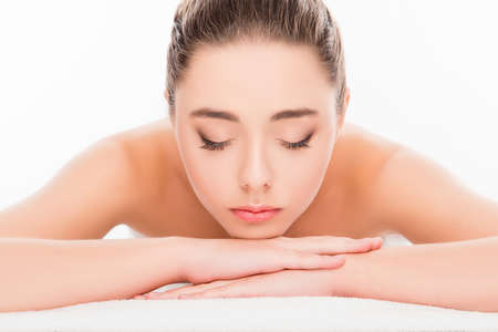 sauna nackt: Attraktive Frau im Wellness-Salon liegend mit geschlossenen Augen und entspannend