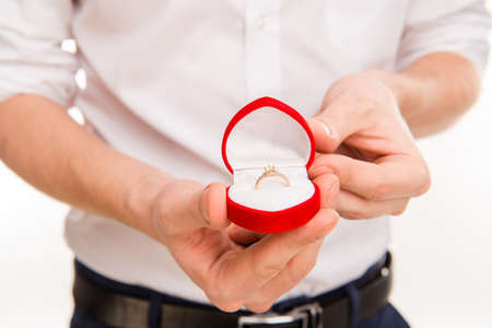 Hombre romántico de hacer una propuesta de matrimonio, cerca foto