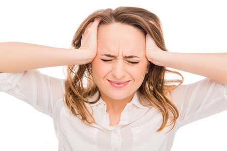 enojo: Retrato de mujer triste con un fuerte dolor que toca su cabeza