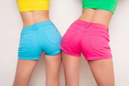 자신의 엉덩이를 보여주는 두 섹시한 여자의 다시보기