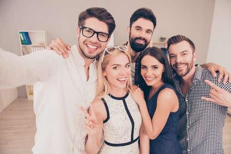 heureux jeune groupe joyeux de gens d'affaires font selfie photo et souriant