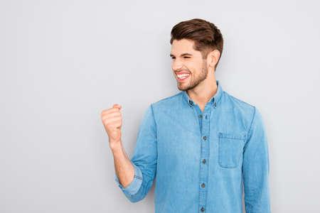 gente exitosa: ¡Sí! Feliz exitoso hombre de negocios joven que muestra el puño Foto de archivo