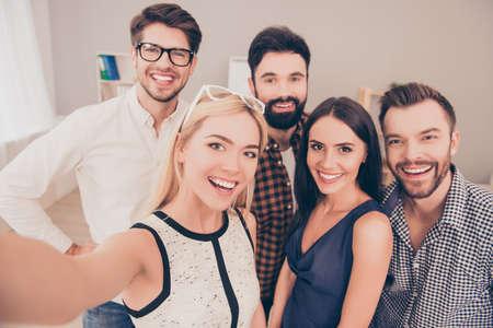 기업인의 행복 젊은 성공적인 그룹 셀프 사진을 만들고 미소 스톡 콘텐츠