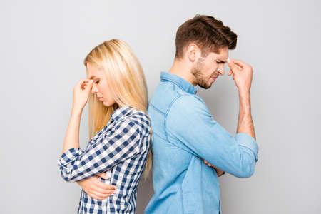 L'homme et la femme dos à dos après querelle