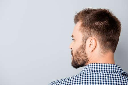 Zurück von jungen bärtigen Brunet Mann auf grauem Hintergrund Standard-Bild - 59056560