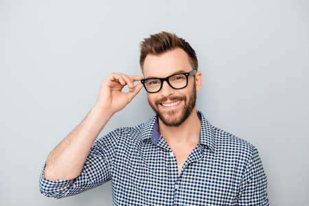명랑 자신의 안경을 만지고 웃는 젊은 사업가 스톡 콘텐츠
