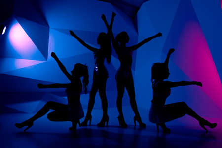 gogo girl: Foto von Silhouetten von vier sexy Posieren Mädchen in der Dunkelheit Lizenzfreie Bilder