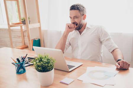 jornada de trabajo: Hombre cansado que bosteza despu�s de largo d�a de trabajo Foto de archivo