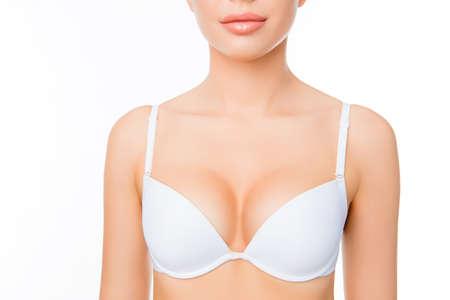白いブラジャーの格好の良いセクシーな女性の肖像画を間近します。