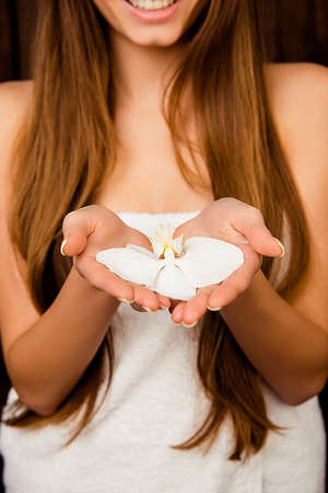 sauna nackt: Close up Foto von langhaarigen M�dchen in Handtuch h�lt Orchidee Lizenzfreie Bilder