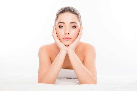 Sensitive glückliche Frau geht prosedures im Wellness-Salon zu tun