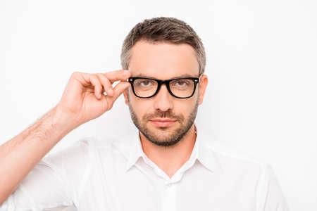 Attraktive intelligente erfolgreicher Mann seine Brillen zu berühren
