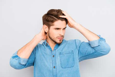손가락으로 머리를 빗질하는 건강한 남자의 초상 스톡 콘텐츠