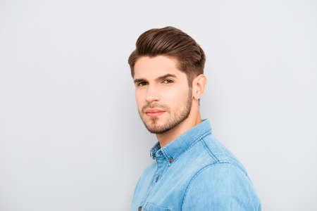 Portret van seus jonge man met borstel haar op een grijze achtergrond Stockfoto