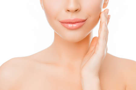 顔にクリームを適用する完璧な肌を持つ女性のクローズ アップ 写真素材