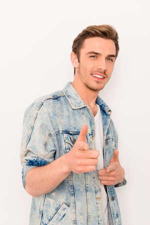 カメラ [ジーンズ ジャケットでハンサムな若い陽気な男