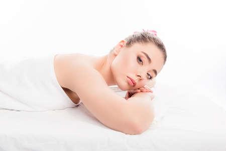 sauna nackt: Portr�t der jungen Frau, die im Wellness-Salon mit Orchidee im Haar Lizenzfreie Bilder